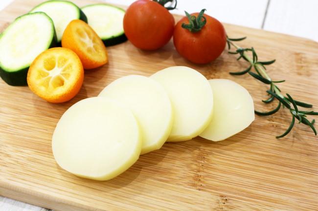地産地消の推進で「稼ぐ酪農」の実現を目指す。宮崎県新富町産の低温・長時間殺菌の生乳を用いた特製カチョカバロチーズが完成