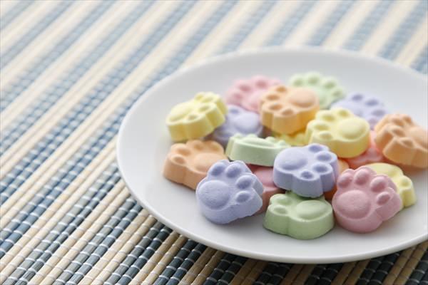 【ねこの肉球を食べたい。】可愛すぎる肉球モチーフの「お茶よく合う京ラムネ」をヴィレヴァン通販で販売開始!