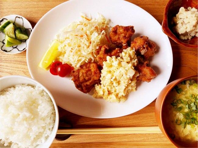 メインのおかずはカラリと揚げた鶏の唐揚げに秘伝の自家製タルタルソースをたっぷり!