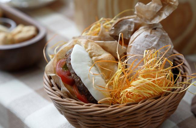 自家製サルシッチャとモッツァレラチーズのホットサンド。ハンバーガースタイルのマルゲリータです。