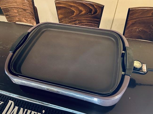 お好み焼きや焼きそばを焼くのに最適な平面プレート  面積が広いので、お好み焼きと焼きそばを同時に焼く事も可能です。