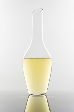細身のデキャンタは白ワインや繊細な赤ワインに