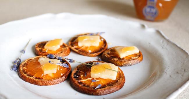 蜂蜜とコンテチーズのドライオレンジカナッペ
