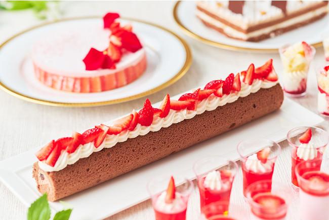 フレッシュな苺とイチゴのクリームで デコレーションされたチョコレートケーキ