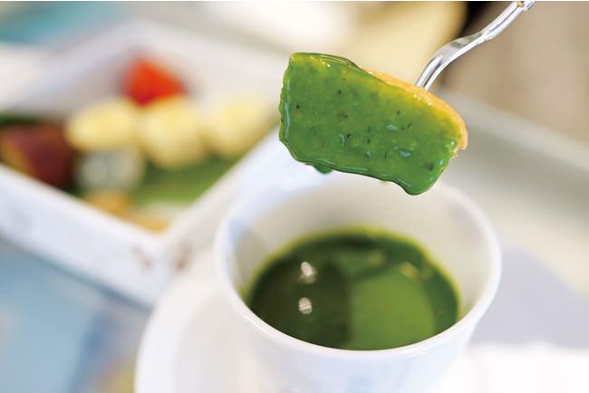 あたたかい抹茶チョコレートソースに、フルーツやお団子、焼き菓子をフォンデュしてお召し上がりいただきます。