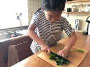 子どもが料理をする様子(イメージ)