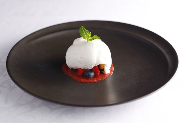 フェア特別デザート ヨーグルトムースとバニラアイスクリーム 苺のソースと共に