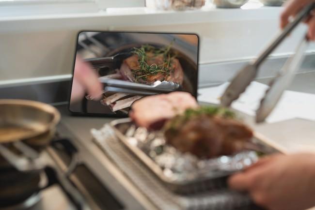 動画でポイントを確認しながら料理を作る。
