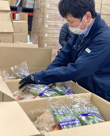 配送する生鮮野菜を箱詰めしています