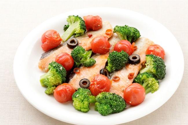 鮭とブロッコリーの蒸し焼き(ガーリックソース使用)