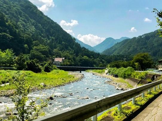 村の中央を流れる多摩川の源流、丹波川