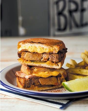 「ローストポークとチェダーチーズのキューバサンド」ポテト付1,518円(税込)※テイクアウト、デリバリー可