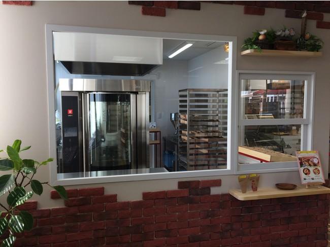 左側の大きな窓からオーブンが見えます。右側の小さな窓から商品の受け渡しをします。
