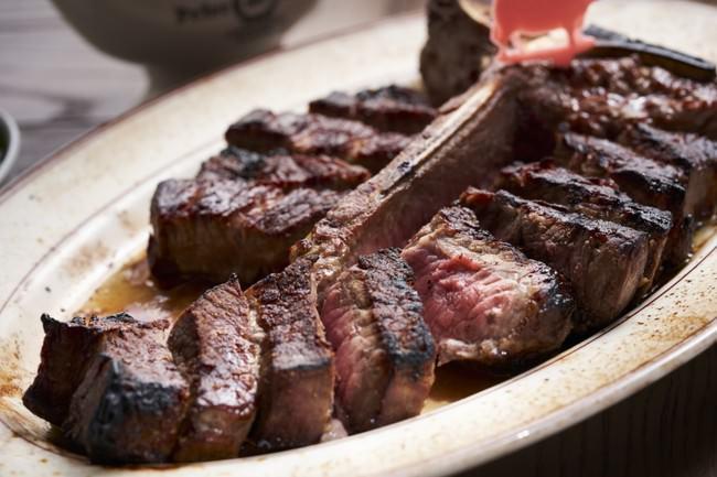 フィレとニューヨークストリップ(サーロイン)の両方が味わえる看板商品のTボーンステーキ