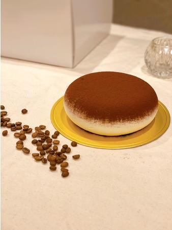 こんなの見たことない!?まーるいティラミスのホールケーキ。かわいいビジュアルと本格的な味わいが特徴。
