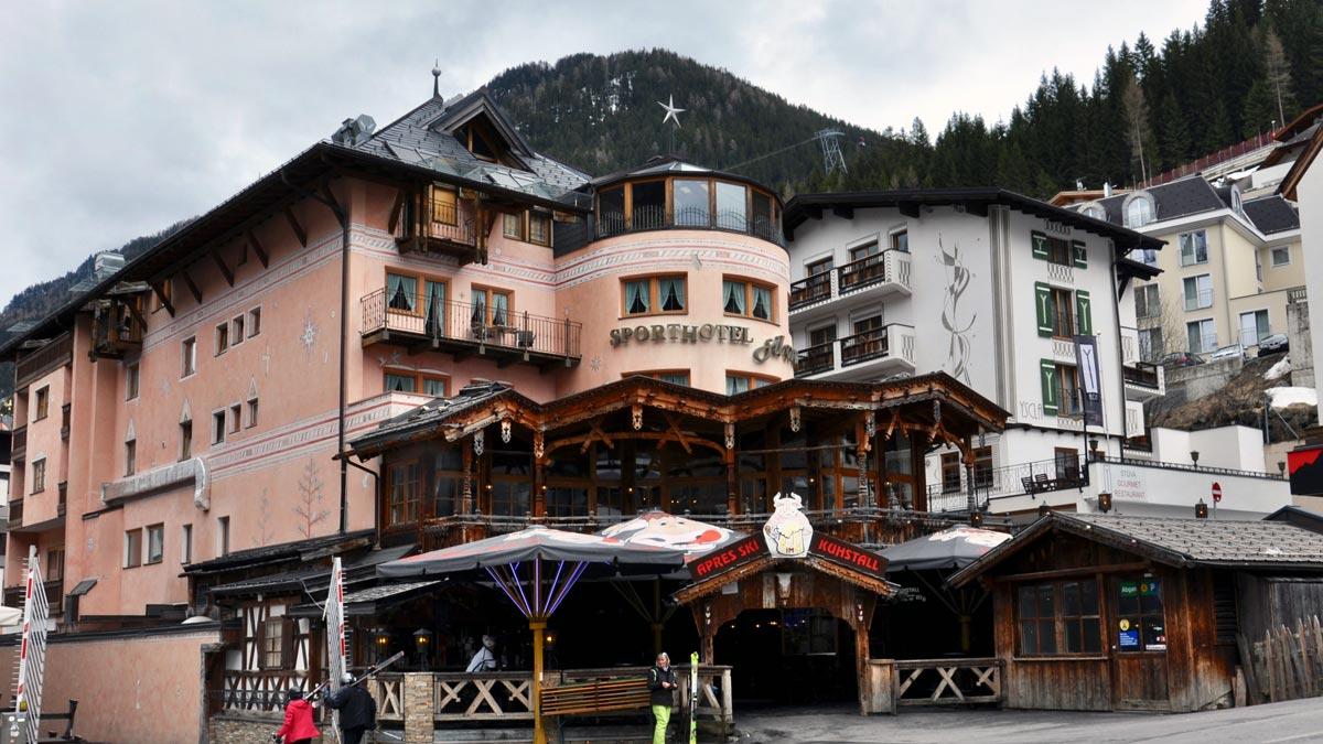 Sporthotel Silvretta, mitten im Dorf. Im Untergeschoss der legendäre Kuhstall