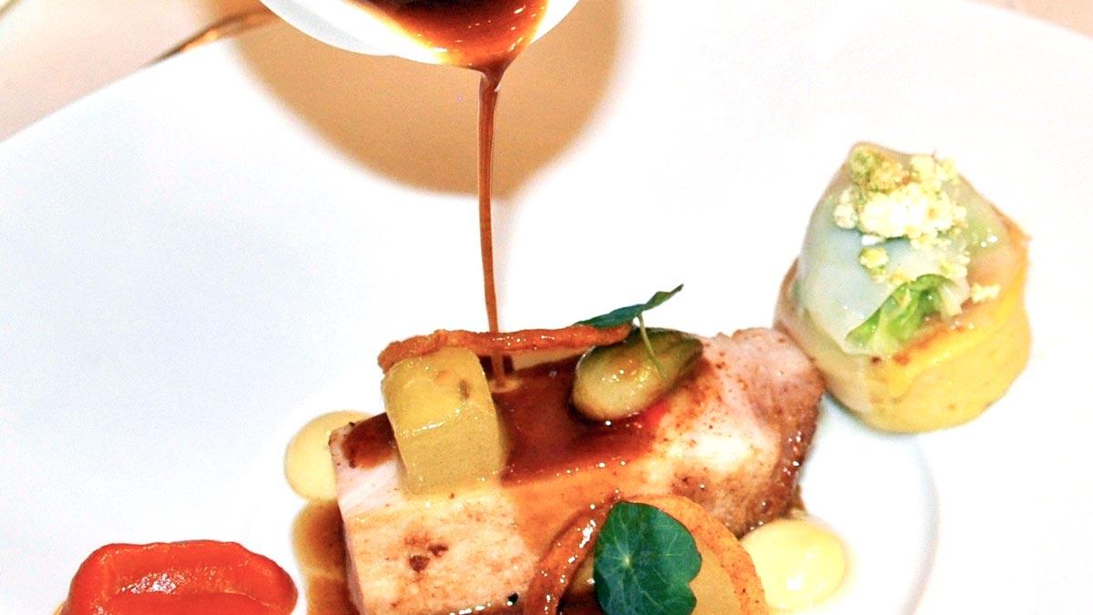 Gegrilltes Rippenstück vom Schwein, Paprika-Harissapüree, glasierte Schalotten, Sommerkürbis