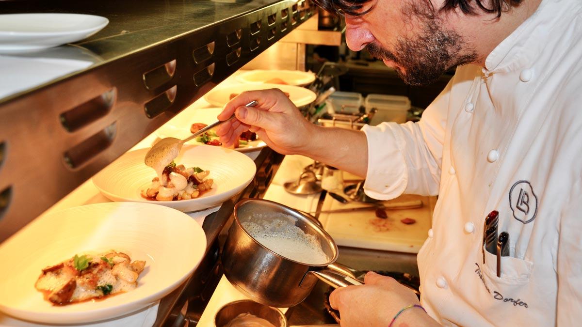 Thomas Dorfer in der Küche