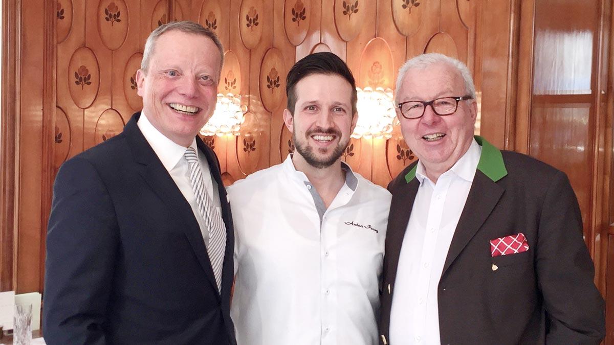 Der neue Hotel-Direktor Holger Schroth, Schwarzreiter-Chef Anton Pozeg, Gourmino Express Autor Wolfgang Ritter (v.li.). Foto WR