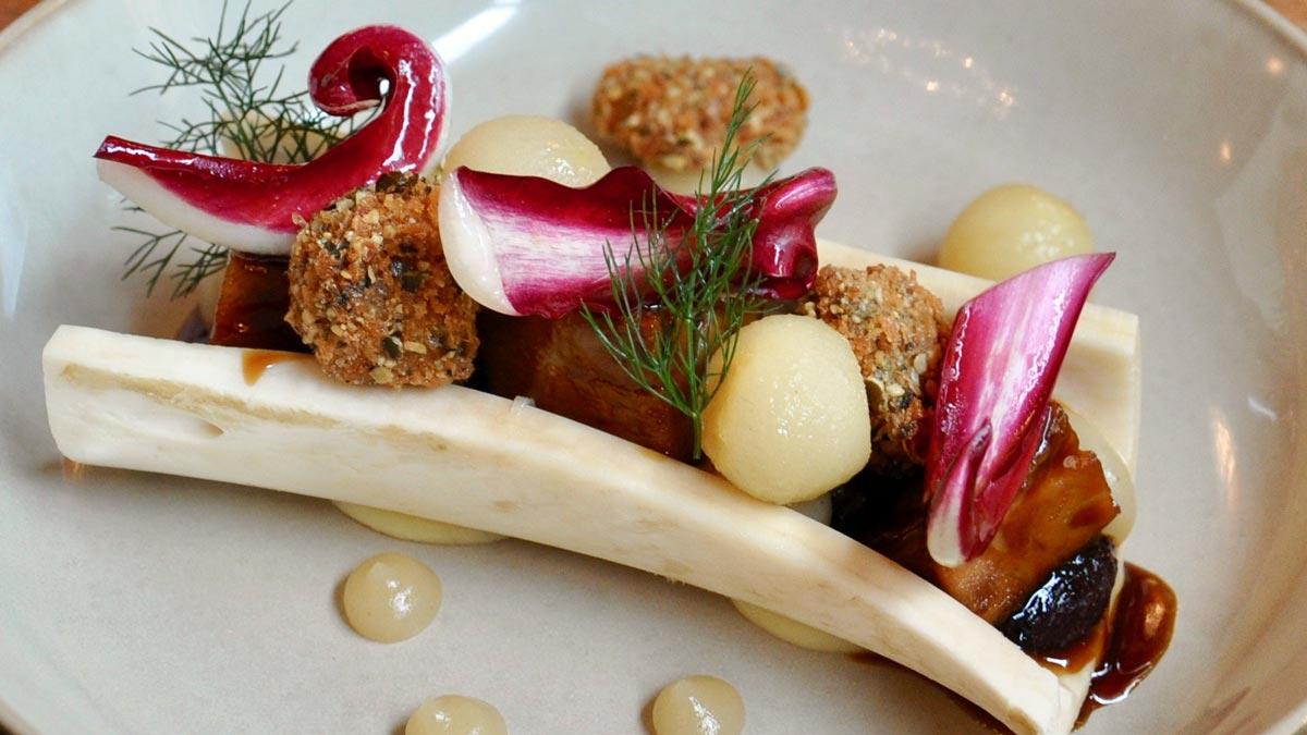 Kalbshaxe mit Sauerkraut, Birnen und Blutwurst. Foto WR
