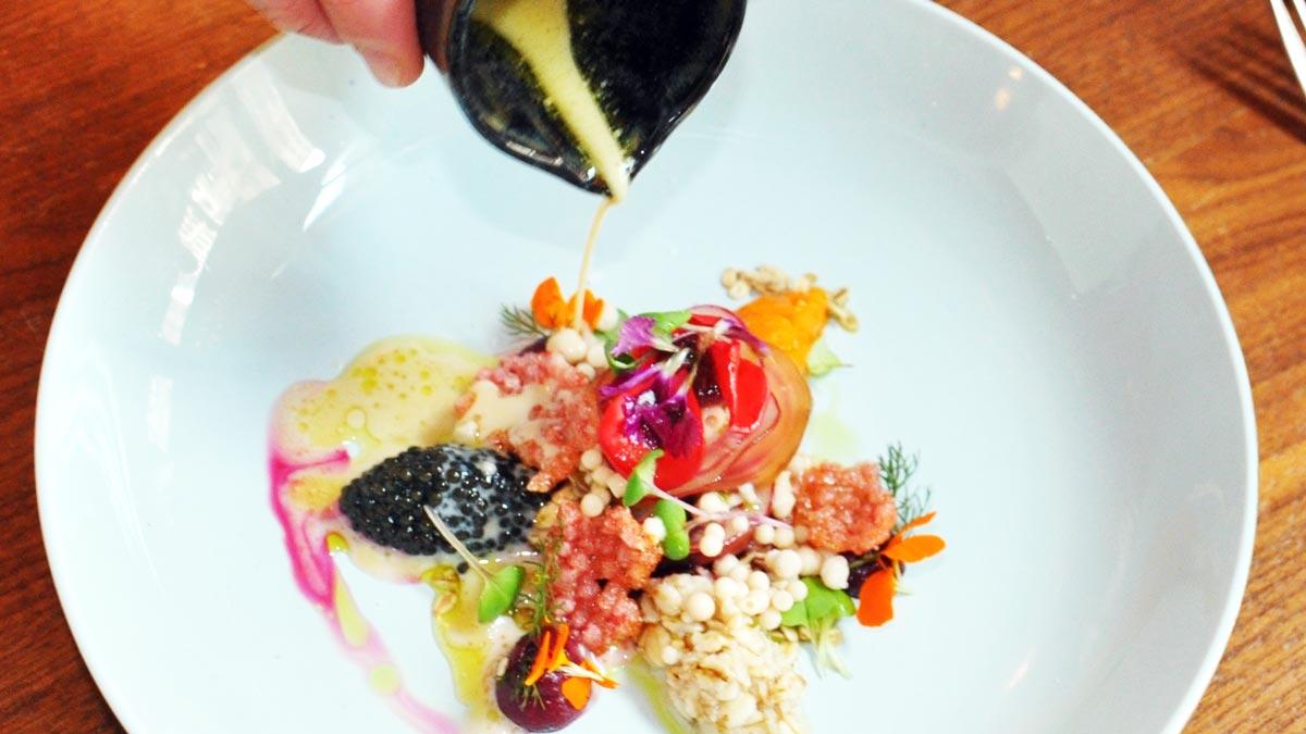 Köstliche Vorspeise: Rüben Garten mit Hafer, Blüten, Heumilch, Dill und Kaviar. Foto WR
