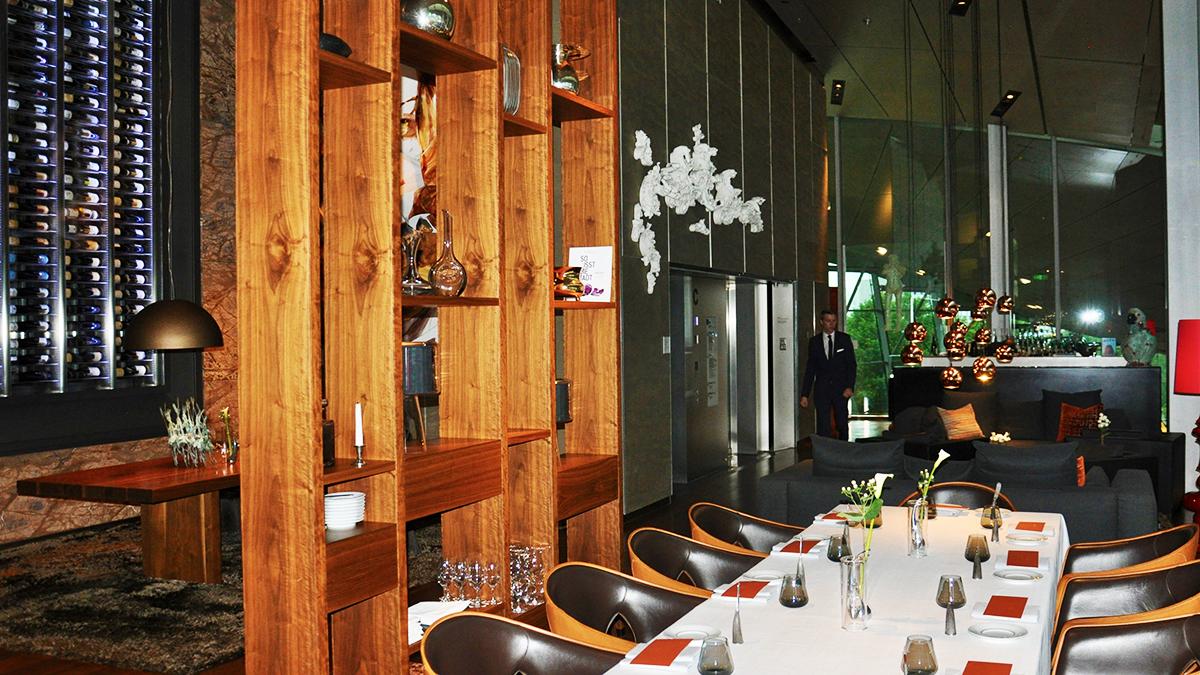 Das Esszimmer: Holz und warmes Licht schaffen eine gemütlich-elegante Atmosphäre