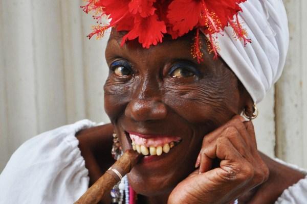 Lächeln, Zigarre und Zähne sind echt….