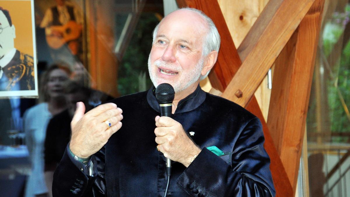Hotel-Inhaber Klaus Graf von Moltke bei seiner Begrüßungsrede. Foto WR