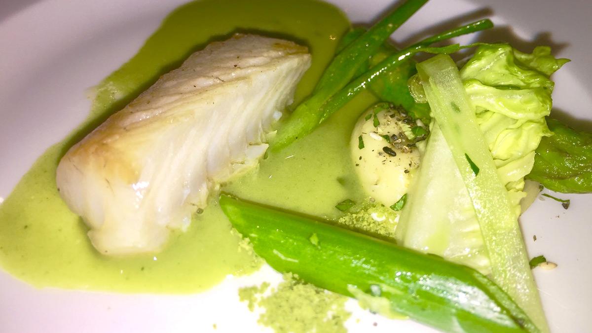 Zander mit grünem Gemüse, Rauchpüree und Kopfsalatsud. Foto WR