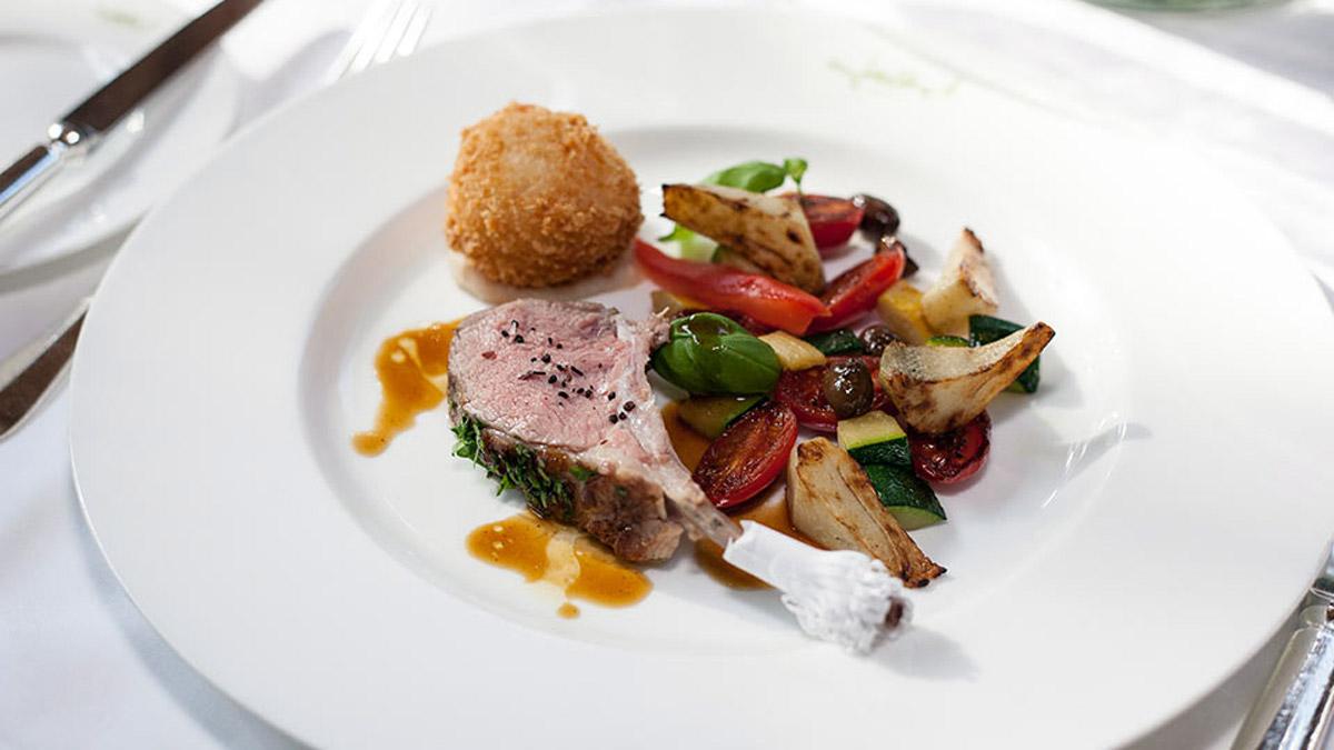 Geschmortes Lammkotelett mit Gemüse. Foto Fallert