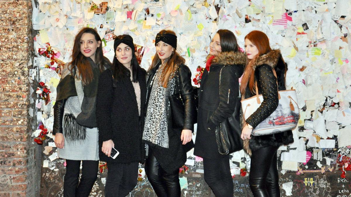 Touristen aus aller Welt kleben ein Briefchen an die Wand. Foto WR