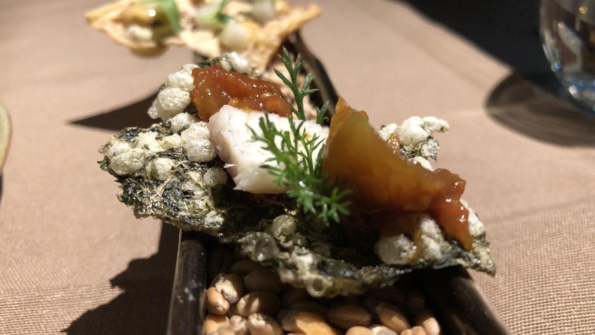 Amuse-Gueule, frittierter Algen Chip mit geräuchertem Aal und eingelegten Tomaten vom letzten Sommer. Foto HvF