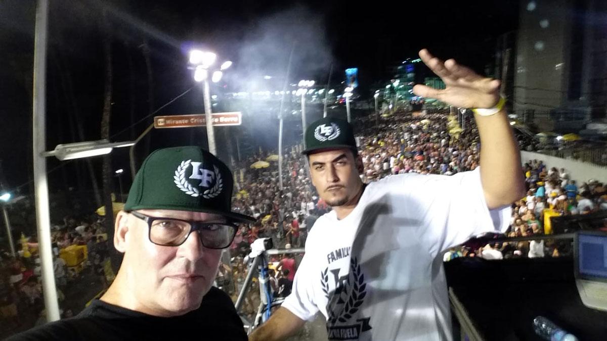 Der Berliner Musikproduzent Peter Doc B mit Rapper Kaos MC auf dem Pre-Karneval in Salvador