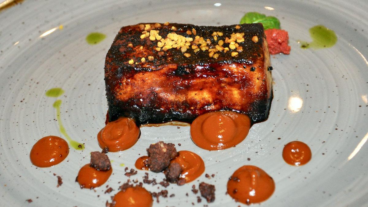A'Cuncuma: Schweinebauch mit Aprikosen-Marmelade. Foto HvF