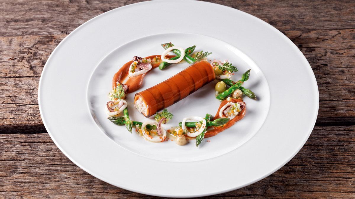 Taschenkrebs-Cannelloni mit grünen Spargelspitzen, Tintenfischen, Corail-Emulsion. Foto Traube