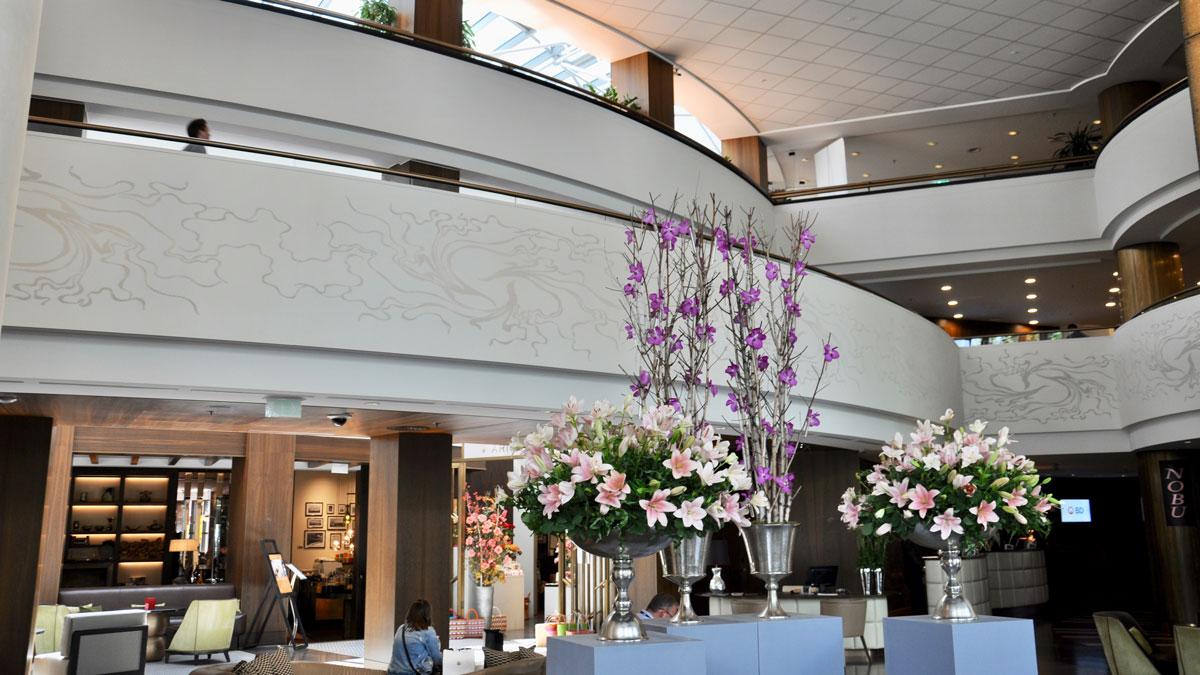 Corvinus: Frische Blumenarrangements in der Lobby. Foto WR