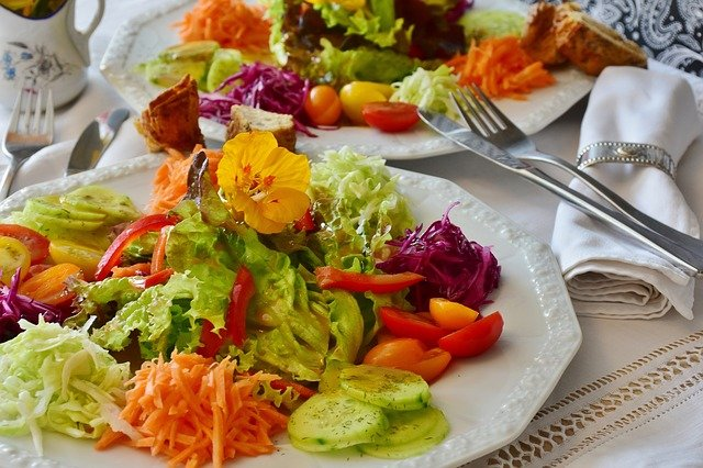 Assiette de légumes crus et fleurs Alimentation vivante