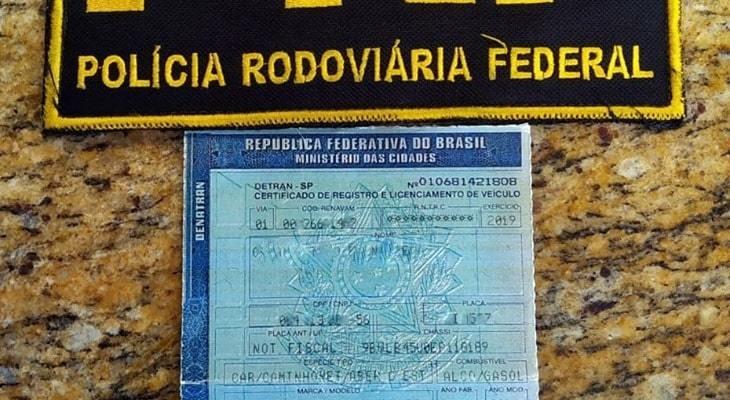 Homem é preso ao tentar liberar veículo do pátio da PRF em Barra Velha usando CRLV falso