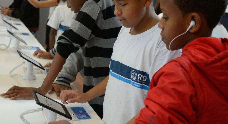 Com e sem aulas online, mães contam como lidam com filhos em casa