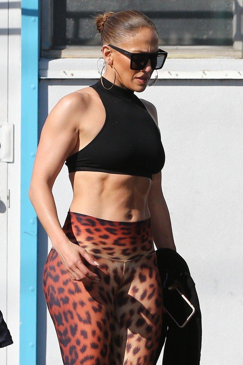 Jennifer Lopez razkazovala svoj neverjetno izklesan trebušček