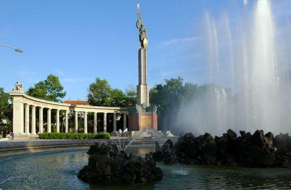 Россияне помешали вандалам осквернить памятник воинам-освободителям в Вене