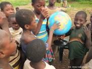 17. Ghana, Bundoli. Lekcja geografi w terenie. Do niedawna dzieci nie widziały gdzie jest Ghana oraz ich niewielka wioska Bundoli. (Fot. Anna Goworowska)