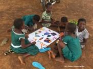 18. Ghana, Bundoli. Malowanie farbami. Temat Wioska Bundoli oczami dziecka. (Fot. Anna Goworowska)