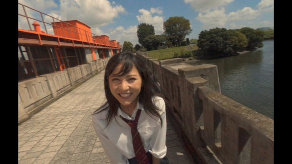 """△待ち合わせ場所にやってくる石川恋さん演じる""""みさき""""ちゃん。名前はギャルゲー的で""""わかってる""""じゃないか。 わかってる"""