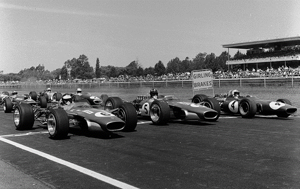 Front row from the 1968 Tasman Series at Sandown Raceway. Jim Clark and Graham Hill in their Lotus 49's, Chris Amon behind them in a Ferrari Dino 246T. (Source: primotipo.com)