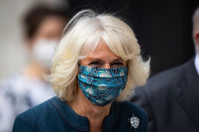 Η Καμίλα φόρεσε για πρώτη φορά μάσκα προσώπου ασορτί με το φόρεμά της