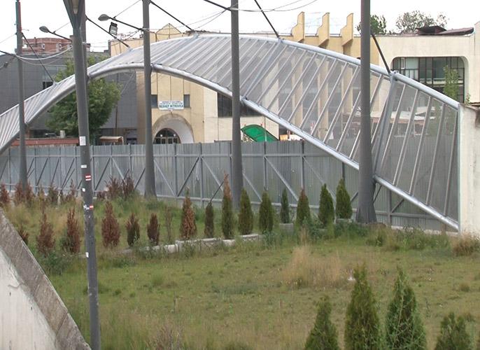 Park mira na glavnom ibarskom mostu nije uklonjen