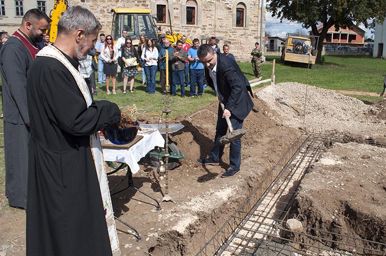 Освештан камен темељац за парохијски дом у Доњој Гуштерици