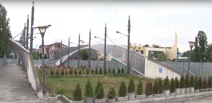 Ako jedna slika vredi hiljadu reči, slika mosta koji deli Mitrovicu na dva dela, vredi milion