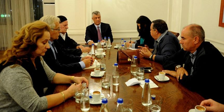 Фото: Хашим Тачи са породицама киднапованих Срба и Албанаца